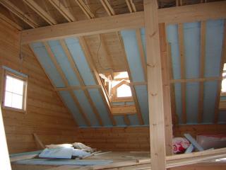 ▲屋根の裏側に断熱材を敷詰めます!