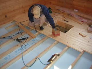 ▲床下に断熱材を敷詰めフローリングを貼ります!